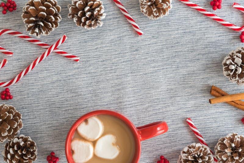 Mieszkania nieatutowy ramowy przygotowania kubek gorąca czekolada z cukierek trzcinami i pinecones fotografia stock