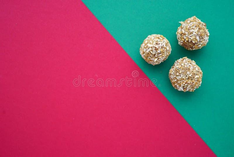 Mieszkania round nieatutowi handmade kokosowi cukierki na zieleni i menchii róży różowym tle z sercami 14 Luty zdjęcia stock