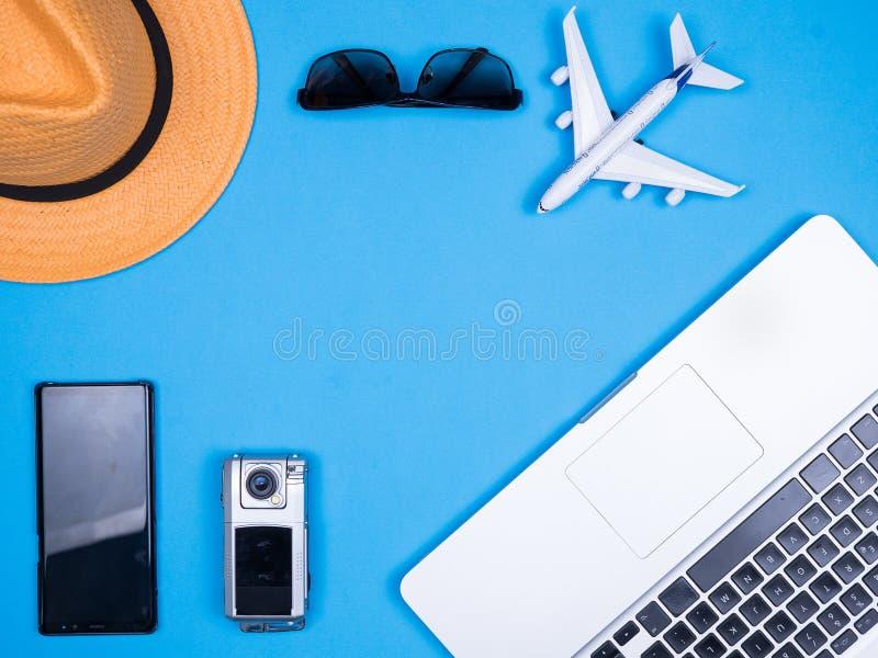 Mieszkanie biznesowego mężczyzny nieatutowi akcesoria dla wakacje nad błękitnym tłem zdjęcie stock