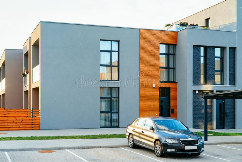 Mieszkanie domu i domu budynku mieszkalnego kompleksu nowożytny uliczny parking zdjęcia stock
