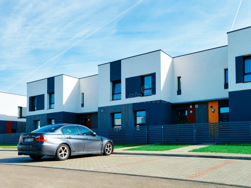 Mieszkanie domu i domu nowożytny mieszkaniowy powikłany uliczny samochodowy parking obraz royalty free