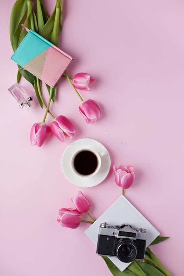 Mieszkanie kłaść na różowym tle z starą kamerą zdjęcia stock
