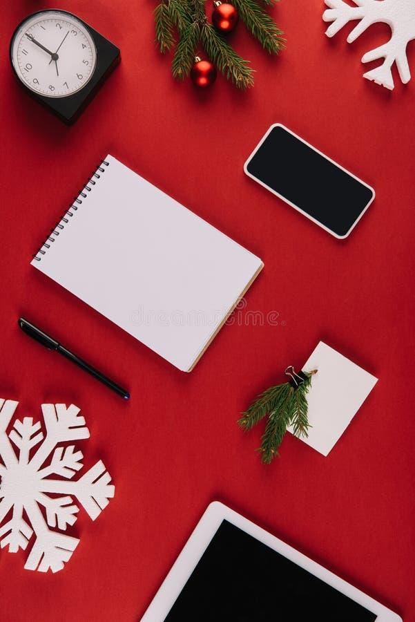 mieszkanie kłaść z biurowymi dostawami, dekoracyjnym płatkiem śniegu i boże narodzenie zabawkami, obrazy royalty free