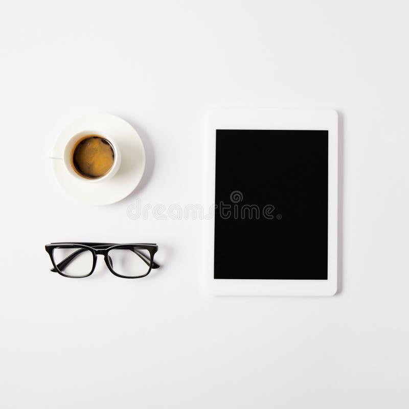 mieszkanie kłaść z filiżanką kawy, eyeglasses i cyfrową pastylką z pustym ekranem na bielu, fotografia royalty free