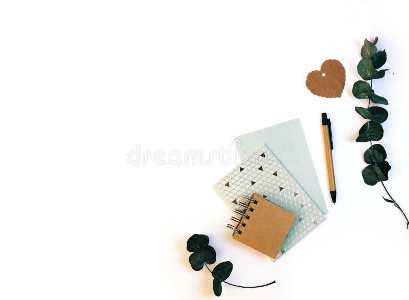 Mieszkanie kłaść z rzemiosła eco notepad, karta Ślubny zaproszenie skład obraz royalty free