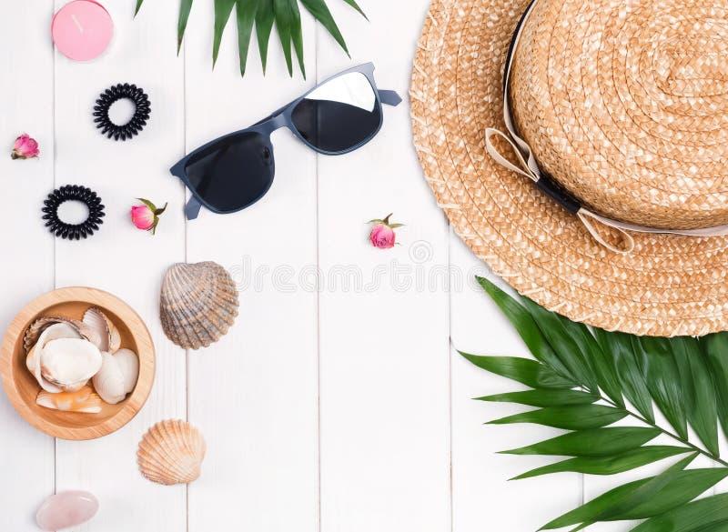 Mieszkanie kłaść z słomianym kapeluszem, okularami przeciwsłonecznymi, palma liśćmi i kobiecym ac, fotografia royalty free