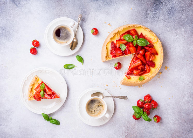 Mieszkanie kłaść z truskawkowym cheesecake obraz stock