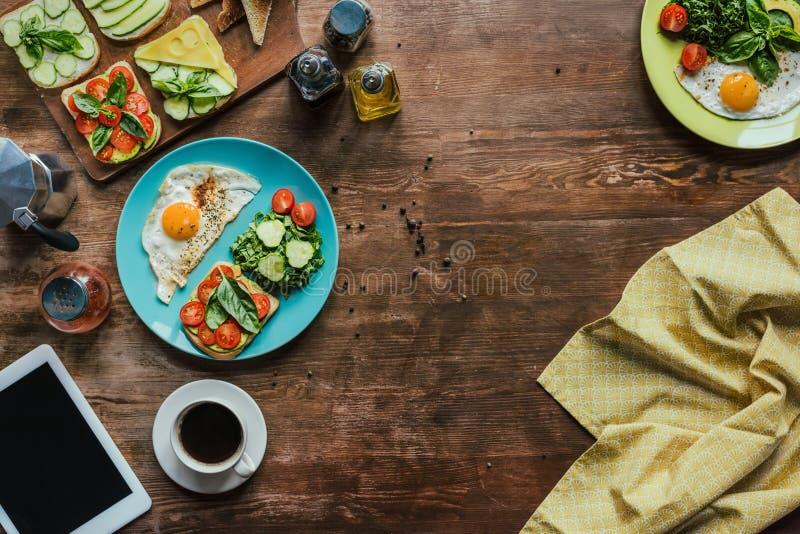 mieszkanie kłaść z zdrowym śniadaniem dla dwa z jajkami, grzankami, warzywami i filiżanką kawy smażącymi, obraz stock