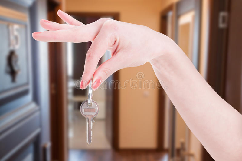 Mieszkanie klucz w kobiety ręce obrazy royalty free