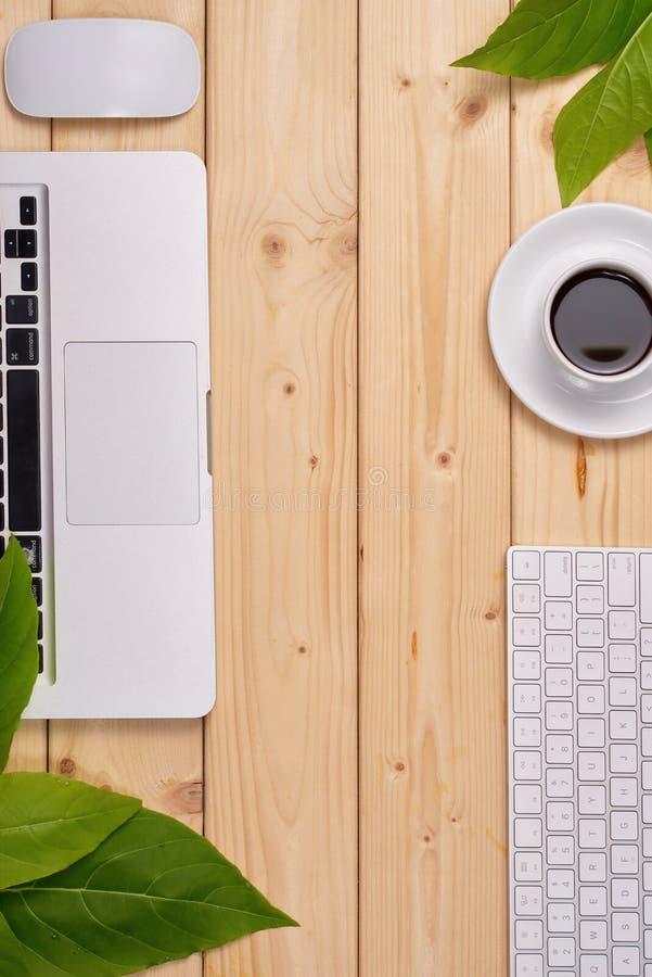 Mieszkanie nieatutowa fotografia pracy przestrzeni biurko z laptopem, zegar, kawa i fotografia stock
