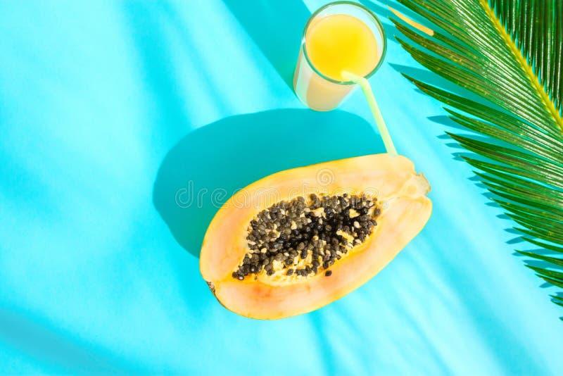 Mieszkanie Nieatutowego składu Wysoki szkło z Świeżym Tropikalnym Owocowego soku melonowa Przekrawającym Palmowym liściem na Błęk zdjęcia stock