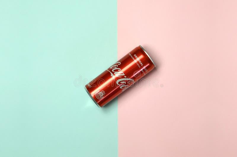 Mieszkanie nieatutowego strzału napoju blaszanej puszki pojedynczy czerwony koka-kola kłaść na pastelowym błękitnym i koralowym t zdjęcia royalty free