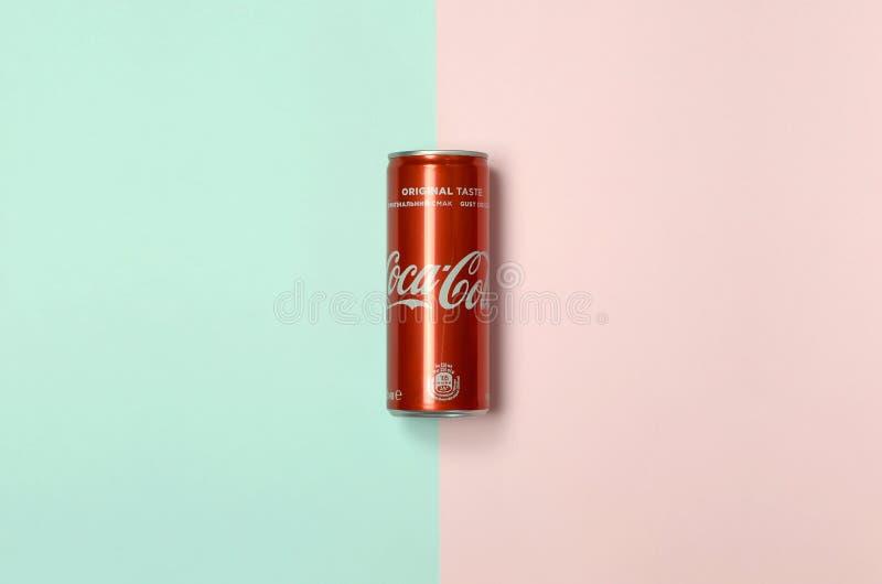 Mieszkanie nieatutowego strzału napoju blaszanej puszki pojedynczy czerwony koka-kola kłaść na pastelowym błękitnym i koralowym t obrazy stock