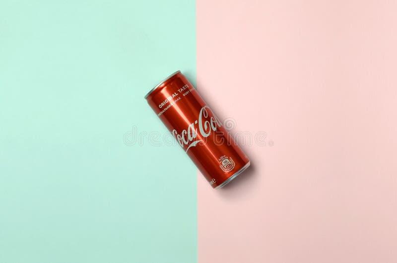 Mieszkanie nieatutowego strzału napoju blaszanej puszki pojedynczy czerwony koka-kola kłaść na pastelowym błękitnym i koralowym t fotografia stock