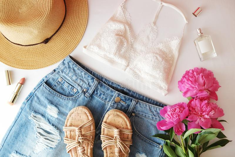 Mieszkanie nieatutowej modnej mody kobiecy tło Mody piękna tło Lata spojrzenia trend obrazy royalty free