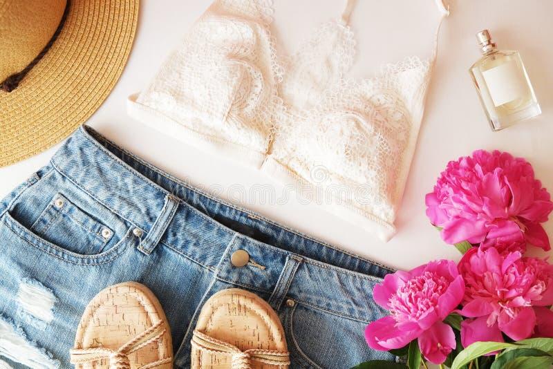 Mieszkanie nieatutowej modnej mody kobiecy tło Mody piękna tło Lata spojrzenia trend fotografia stock