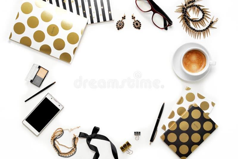 Mieszkanie nieatutowej mody ministerstwa spraw wewnętrznych kobiecy workspace z telefonem, filiżanką kawy, eleganckimi czarnymi z fotografia royalty free