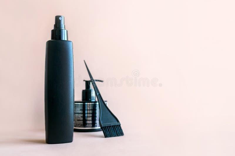 Mieszkanie nieatutowy Minimalny skład z czarni włosy salonu narzędziami na pastelowym tle zdjęcie stock