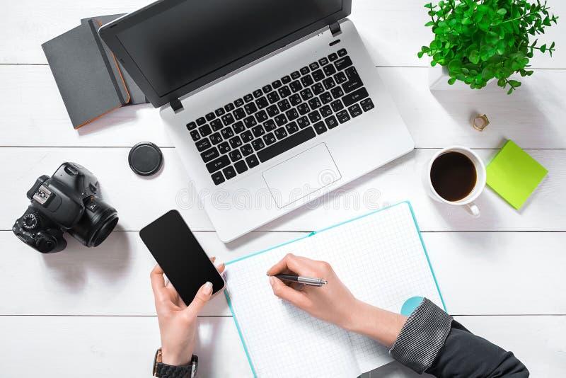 Mieszkanie nieatutowy, odgórnego widoku biura stołu biurko Workspace z dziewczyny ` s rękami, laptop, zielony kwiat w garnku, now obraz royalty free