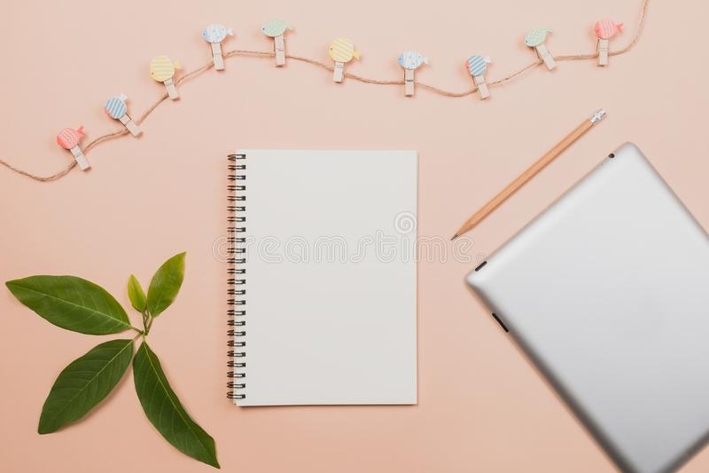 Mieszkanie nieatutowy opróżnia książkę i ołówek, pastylka dla projekt pracy zdjęcia royalty free