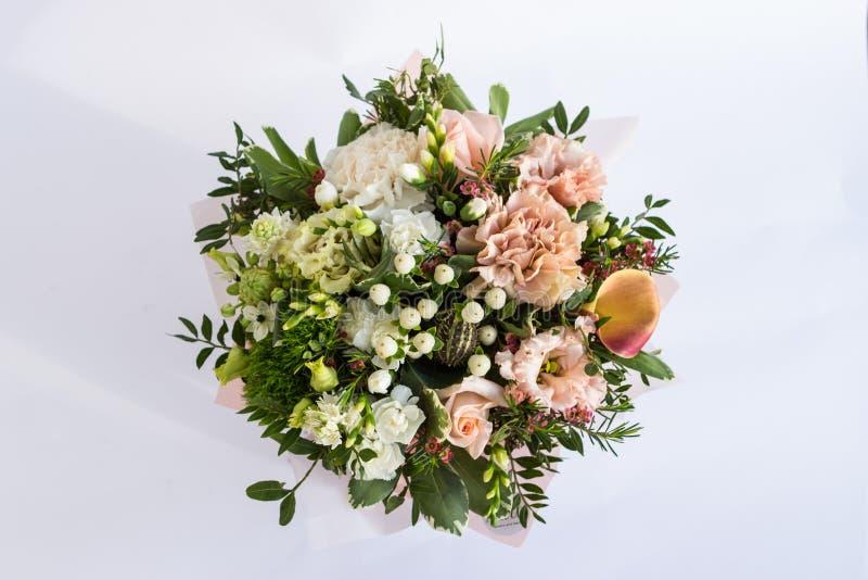 Mieszkanie nieatutowy piękny florish bukieta skład na białym tle zdjęcie royalty free