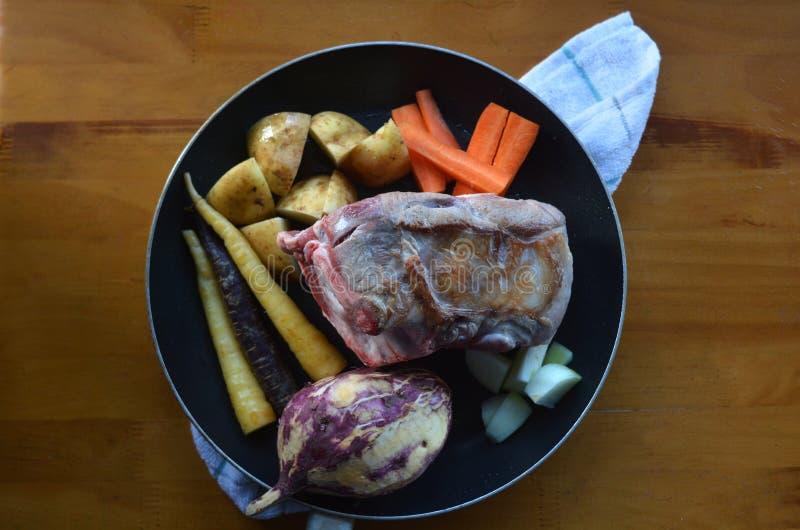 Mieszkanie nieatutowy pika jagnięcy mięso smażył z surowymi korzeniowymi warzywami mnie obraz stock