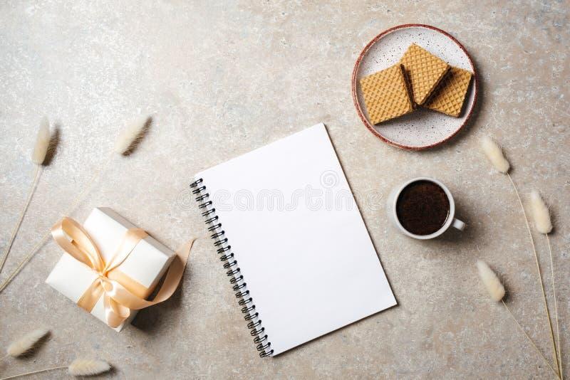 Mieszkanie nieatutowy pustego papieru notatnik z kopii przestrzeni egzaminem próbnym w górę Odgórnego widoku ministerstwo spraw w fotografia stock
