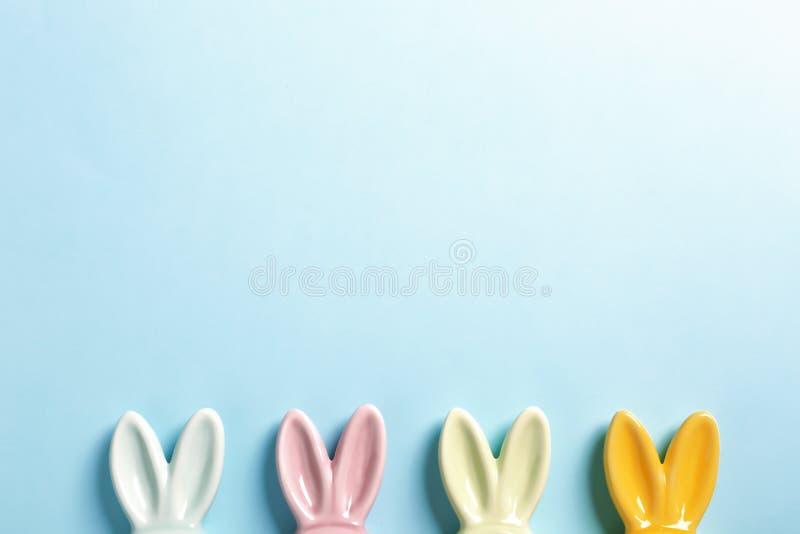 Mieszkanie nieatutowy skład Wielkanocnego królika ucho na koloru tle fotografia royalty free