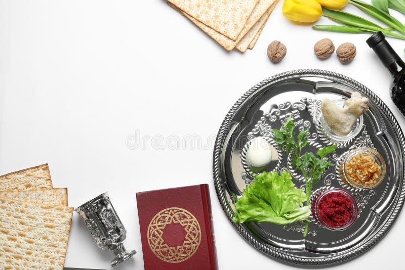 Mieszkanie nieatutowy skład z symbolicznymi Passover Pesach rzeczami i posiłkiem fotografia royalty free