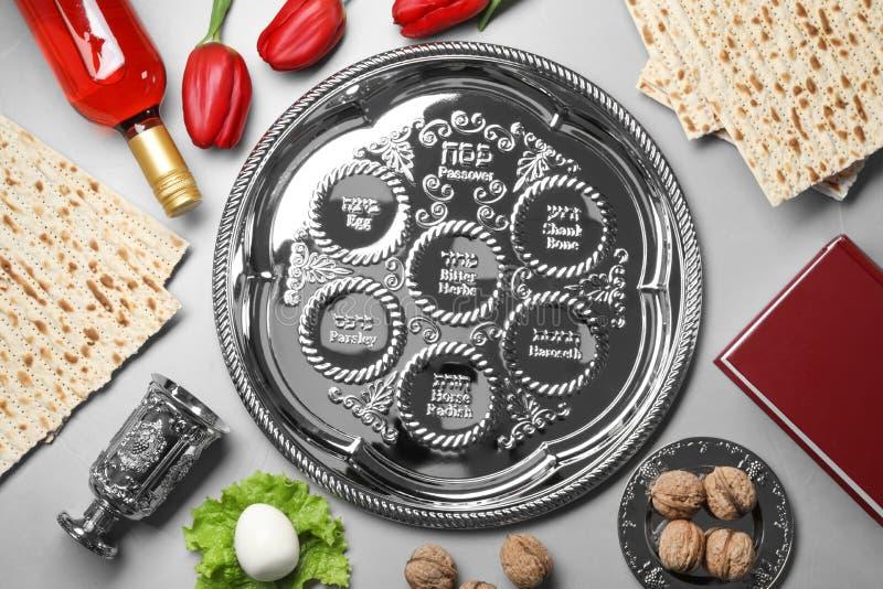 Mieszkanie nieatutowy skład z symbolicznymi Passover Pesach rzeczami zdjęcia stock