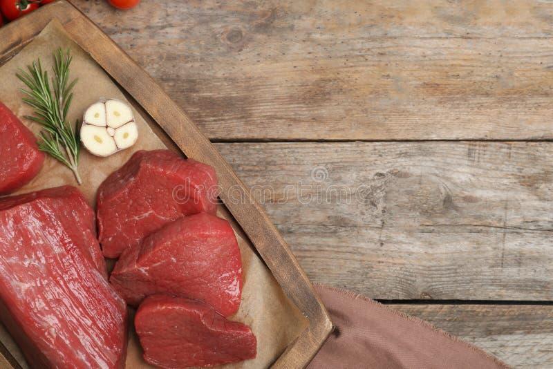 Mieszkanie nieatutowy skład z świeżym surowym mięsem, produktami i przestrzenią dla teksta, fotografia royalty free