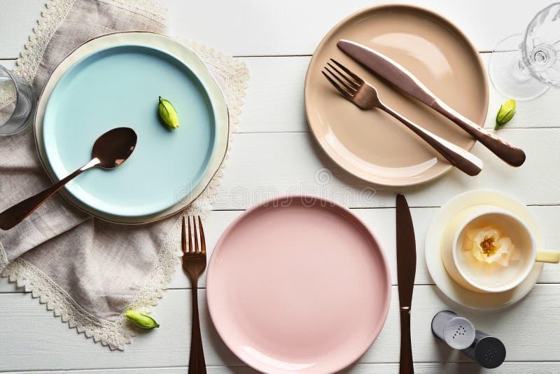 Mieszkanie nieatutowy skład z dishware i cutlery na stole obrazy stock