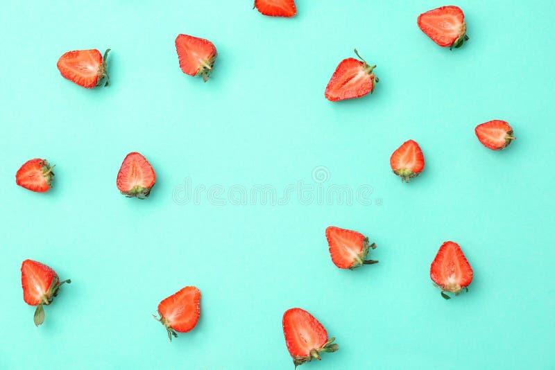 Mieszkanie nieatutowy skład z dojrzałymi czerwonymi truskawkami obraz royalty free