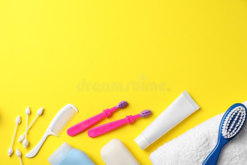Mieszkanie nieatutowy skład z dzieci toothbrushes, zdjęcie stock