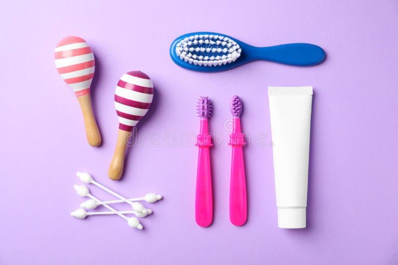 Mieszkanie nieatutowy skład z dzieci toothbrushes obrazy stock
