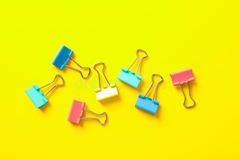 Mieszkanie nieatutowy skład z klamerkami na koloru tle fotografia stock