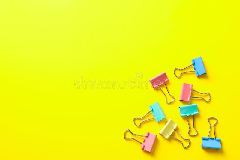 Mieszkanie nieatutowy skład z klamerkami na koloru tle obraz stock