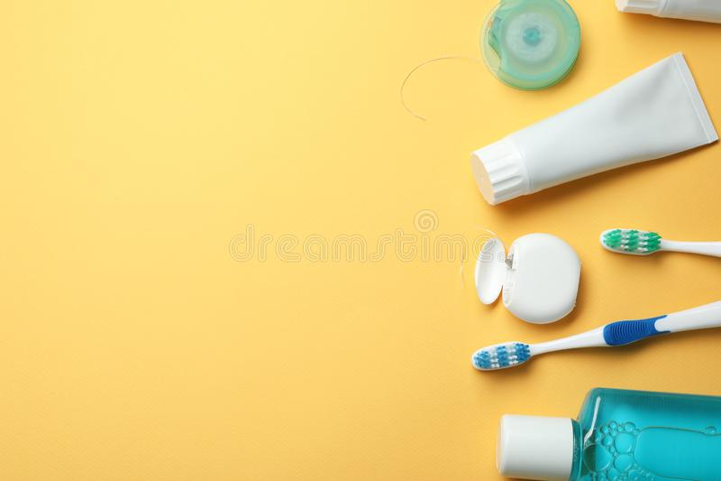 Mieszkanie nieatutowy skład z pastą do zębów, oralnej higieny produktami i przestrzenią dla teksta, fotografia royalty free