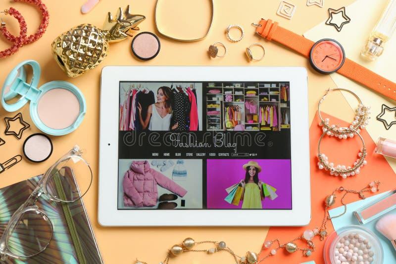 Mieszkanie nieatutowy sk?ad z pastylk?, makeup produktami i akcesoriami, Mody Blogger zdjęcia royalty free