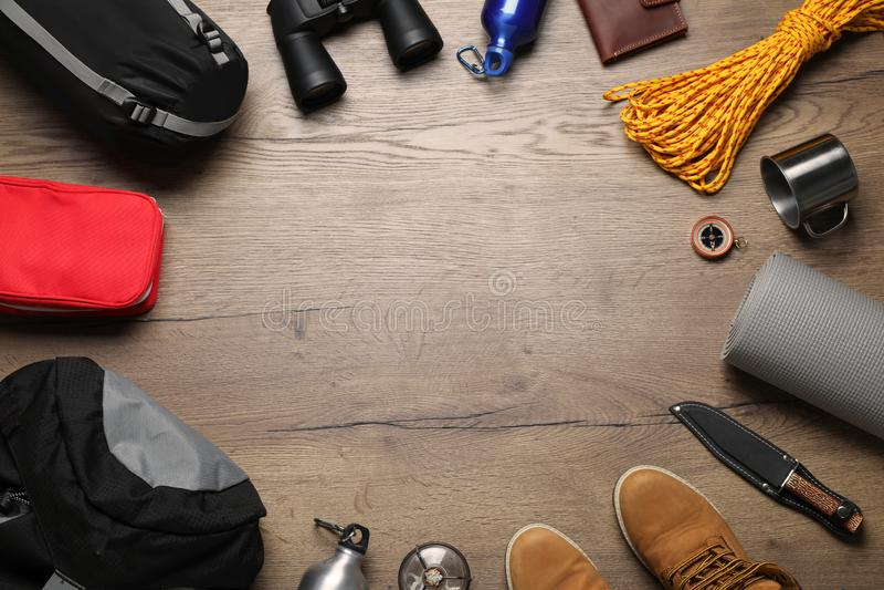 Mieszkanie nieatutowy skład z różnym campingowym wyposażeniem na drewnianym tle zdjęcie royalty free