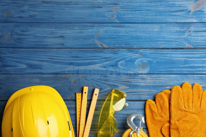 Mieszkanie nieatutowy skład z różnymi budów narzędziami dla teksta na drewnianym tle i przestrzeń zdjęcia stock
