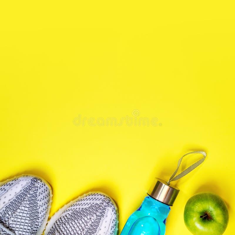 Mieszkanie nieatutowy skład z sprawności fizycznej wyposażeniem dla teksta na żółtym koloru tle i przestrzeń zdrowa i aktywna sty obraz stock