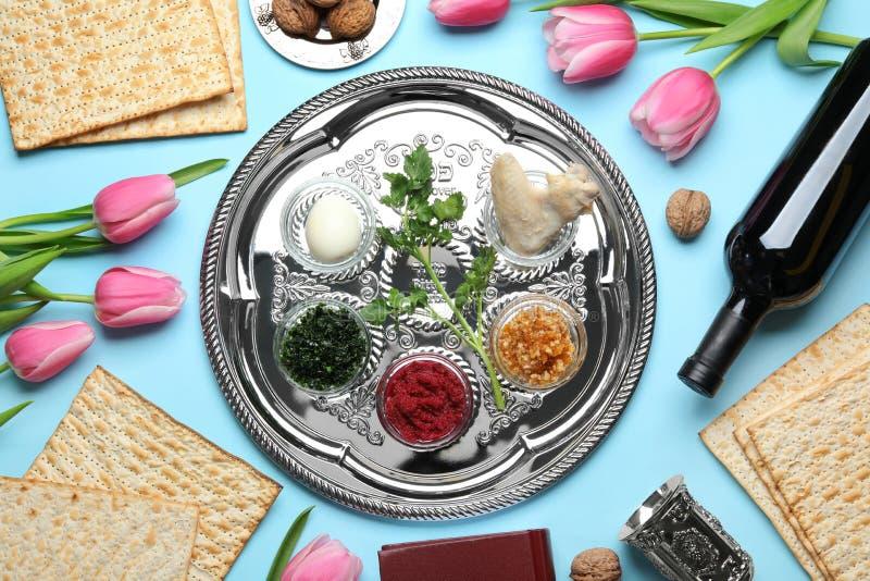 Mieszkanie nieatutowy skład z symbolicznymi Passover Pesach rzeczami i posiłkiem zdjęcie stock