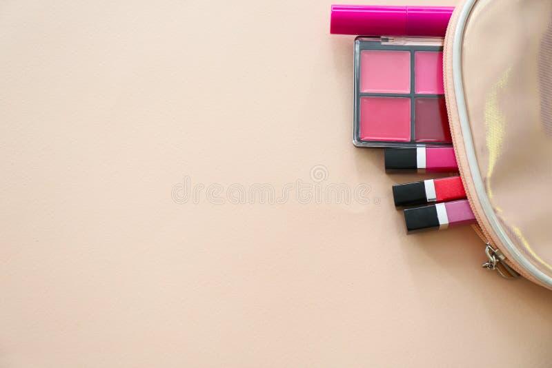 Mieszkanie nieatutowy sk?ad z kosmetycznymi produktami na koloru tle fotografia royalty free