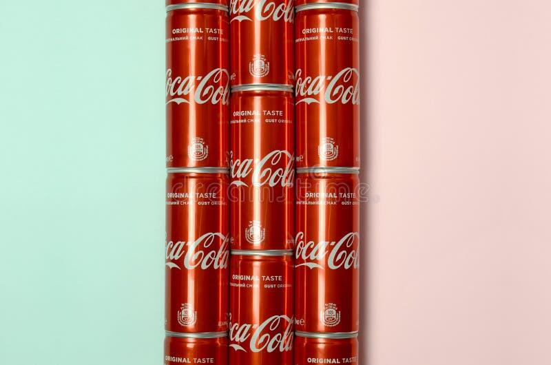 Mieszkanie nieatutowy strzał carbonated czerwonego napój blaszanych puszek koka-kola kłaść na pastelowym błękitnym i koralowym tl zdjęcie royalty free