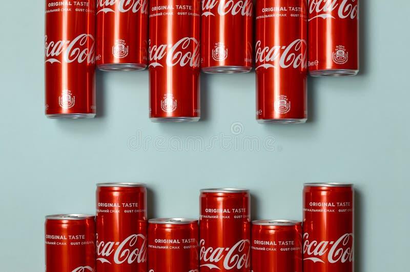 Mieszkanie nieatutowy strzał carbonated czerwonego napój blaszanych puszek koka-kola kłaść na pastelowym błękitnym tle fotografia stock