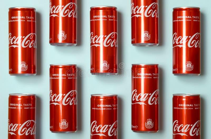 Mieszkanie nieatutowy strzał carbonated czerwonego napój blaszanych puszek koka-kola kłaść na pastelowym błękitnym tle zdjęcie stock