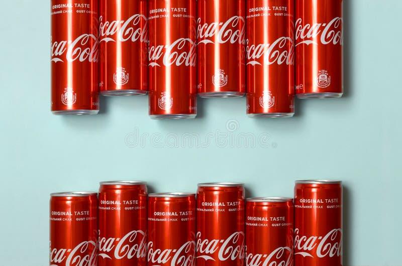 Mieszkanie nieatutowy strzał carbonated czerwonego napój blaszanych puszek koka-kola kłaść na pastelowym błękitnym tle zdjęcia royalty free