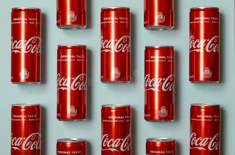 Mieszkanie nieatutowy strzał carbonated czerwonego napój blaszanych puszek koka-kola kłaść na pastelowym błękitnym tle obraz stock