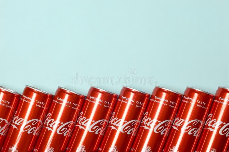 Mieszkanie nieatutowy strzał carbonated czerwonego napój blaszanych puszek koka-kola kłaść na pastelowym błękitnym tle zdjęcie royalty free